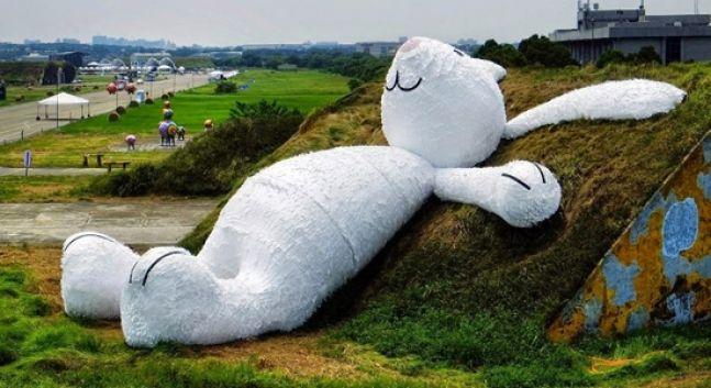 Per il Taoyuan Land Art Festival, l'artista olandese Florentijn Hoffman presenta la sua nuova opera: un coniglio gigante che guarda la luna