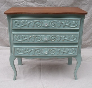 Site has beautiful painted antique and vintage furniture for sales and lots of ideas for inspiration.