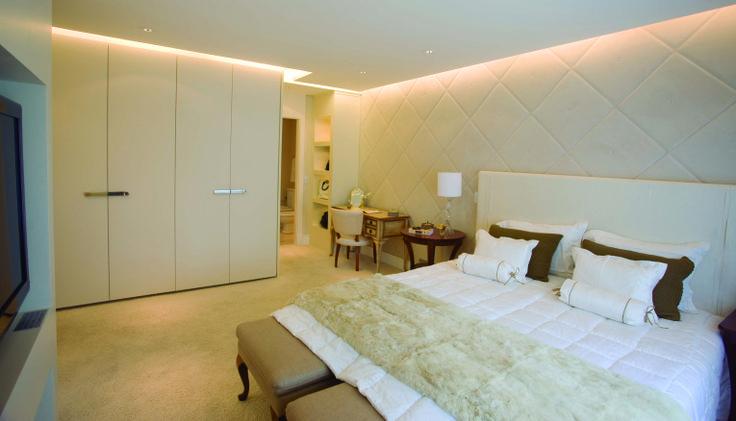 Inspiração do dia: Faz a linha mais clássica? Então, inspire-se neste quarto com armários Monograma da Ornare projetado por Patricia Anastassiadis!