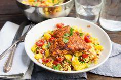 Recept voor pittige zalm voor 4 personen. Met zout, water, olijfolie, peper, snoeptomaatjes, mango, zalmfilet, citroen, chilipoeder, paprikapoeder, koriander, couscous, rode ui en knoflook