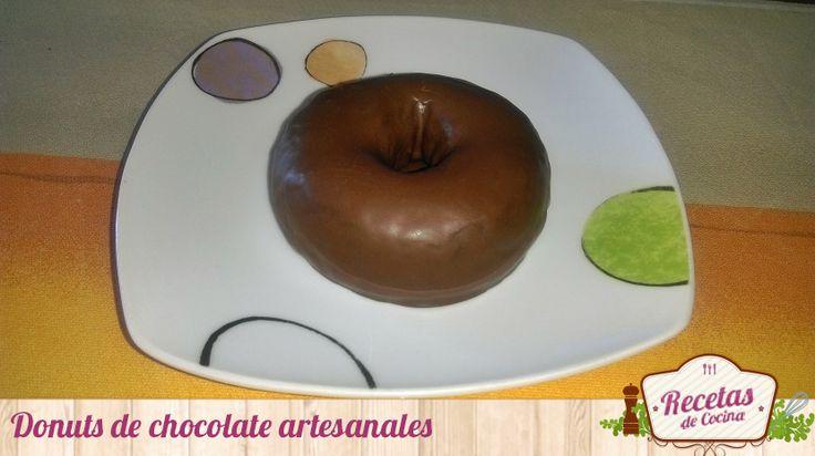 """Donuts de chocolate artesanales -  Es pensar en la palabra 'donuts' y venirme a la cabeza sin remedio la """"temida"""" (por todos) bollería industrial. De todos son conocidos los grandes inconvenientes para la salud de este tipo de bollería, pero también es verdad que como dicen: """"una vez al año, no hace ... - http://www.lasrecetascocina.com/donuts-chocolate-artesanales/"""