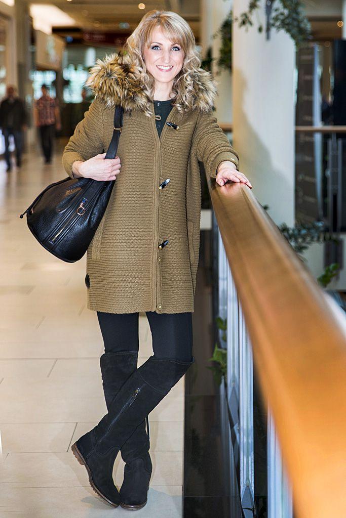 Veľká čierna kožená kabelka rovnakej značky je vzhľadom na objemnosť praktickým doplnkom pre každú ženu, čo chce mať vždy všetko poruke.