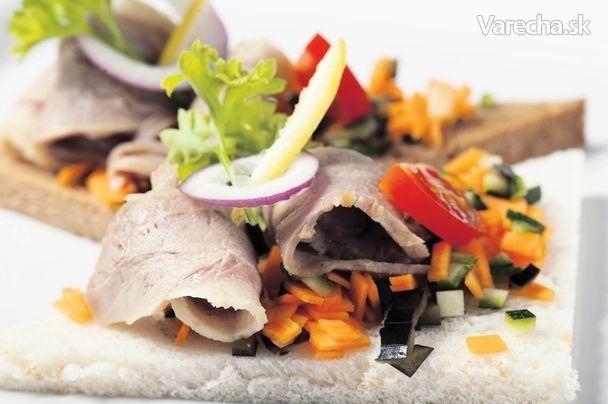 Kanapka s teplým zeleninovým tartarom a kúskami kačacieho stehna