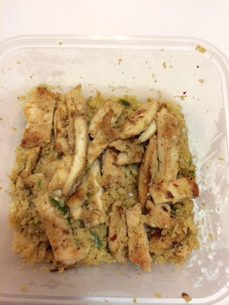 Spicy chicken Strips in cauli rice and green capsicum #lynskitchen #cohenlifestyle