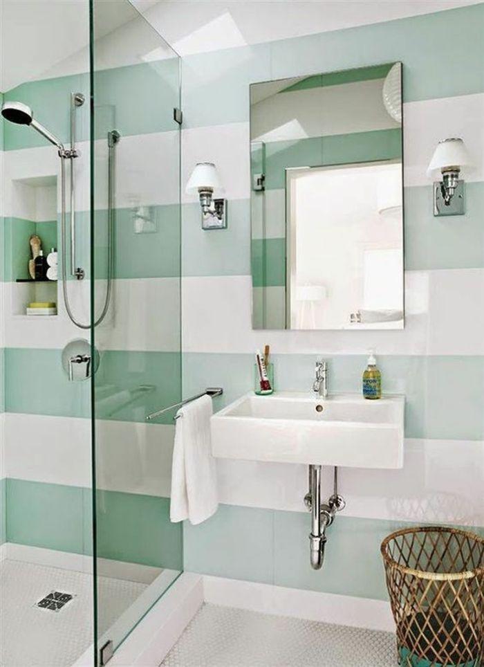 salle de bain petite avec des murs aux rayures en blanc et vert pastel et grand lavabo vintage