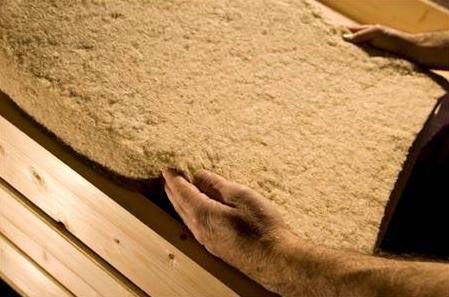 Toepassing: vlas wordt toegepast bij hellende daken, dakelementen, vloeren en (systeem)plafonds, buitenwanden, scheidingswanden en andere gevelvullende elementen. Voordelen: Vlasvezels hebben een natuurlijk vochtregulerend vermogen, het kan als het ware ademen. Hierdoor krijgen schimmels en vochtplekken geen kans. Ook is vlas een herwinbare grondstof en laat vlas zich eenvoudig recyclen. Daarnaast zijn er bij de groei, net als bij hennep, weinig bestrijdingsmiddelen nodig. Nadelen: Stug…