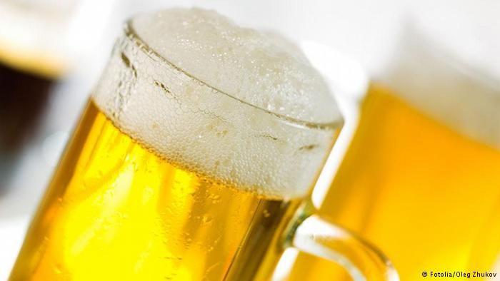 La cerveza es una bebida alcohólica, no destilada de sabor amargo, que se fabrica con granos de cebada germinados u otros cereales cuyo almidón se fermenta en agua con levadura y se aromatiza a menudo con lúpulo, entre otras plantas. De ella se conocen múltiples variantes con una amplia gama de matices debidos a las diferentes formas de elaboración y a los ingredientes utilizados. Se le considera gaseosa y suele estar coronada de una espuma más o menos persistente. Su graduación alcohólica…