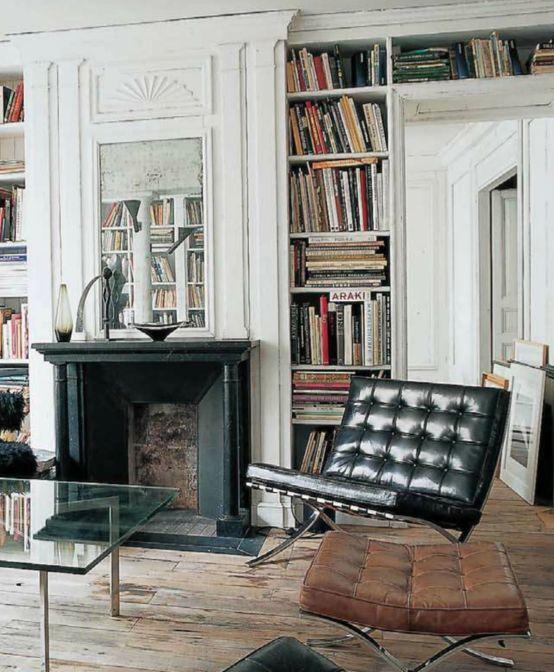 Mooi die boekenkast om de deur heen. Ook het schilderij boven de kachel is leuk.