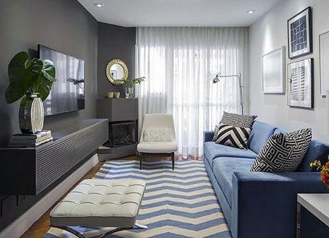 Parade em tom de grafite para disfarçar a TV, em contraponto  a o elemento de destaque: o lindo sofá azul. Tapete geométrico e composição de quadros compõem o restante do ambiente. Perfeito, não?!  #ahlaemcasa #paredepreta #sofáazul #tapetegeométrico