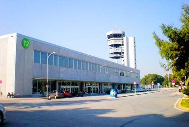 Si vas a viajar al Aeropuerto de Alicante, podrás alquilar con nosotros un coche lo más barato posible. Nuestro motor de reservas compara los precios de todas las compañías de alquiler de coches que operan en el Aeropuerto de Altet, cón código ALC. Te ofrecemos los precios de todas las empresas locales que trabajan en el Aeropuerto de Alicante, además de todas las grandes empresas internacionales.