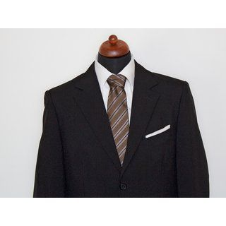 Diese #krawatte in kastanienbraun mit schmalem capuccinofarbenem Streifenmuster ist zugleich modern und klassisch.  Durch die besondere Verarbeitung lässt sich die Krawatte leicht binden und kommt nach dem Tragen wieder in ihre Form zurück.  Das perfekte #accessoire für den #gentleman  Die Krawatte besteht aus 100% Seide.