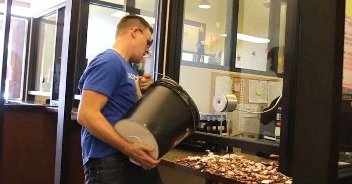 Em forma de protesto, Homem paga multa de trânsito com 22 mil moedas de um centavo de dólar http://angorussia.com/noticias/mundo/forma-protesto-homem-paga-multa-transito-22-mil-moedas-um-centavo-dolar/