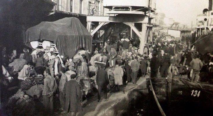 Yunanistan'a gitmek için #Karaköy Rıhtımı'nda bekleyen Rum Göçmenlerin hikayesi