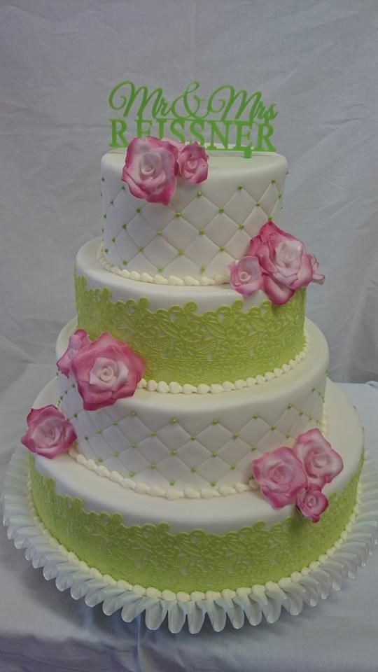 Diese Torte hat uns Heike zugeschickt.  Unser Spitzendekor verleiht jeder Hochzeitstorte eine besondere Eleganz.  #hochzeit #torte #zuckerblumen #spitzendekor #perlen #rose    http://www.pati-versand.de/search?sSearch=spitzendekor