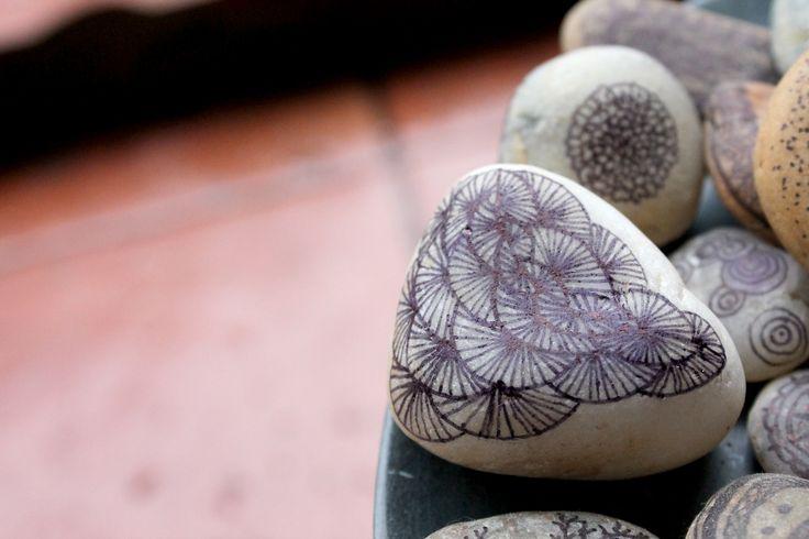 Zenstones!!! :D Dibujos con tiralineas en piedras que recojo en el rio o el mar..