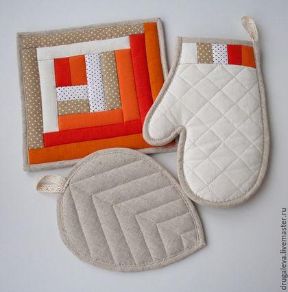 Купить или заказать Комплект для кухни Оранжевое Настроение, прихватки и рукавичка в интернет-магазине на Ярмарке Мастеров. Яркий, заряжающий оптимизмом и отличным настроением, этот комплект прихваток создан для любителей оранжевого цвета! Комплект состоит из прихватки-рукавички, прихватки-листика и обычной квадратной прихватки. Прихватки достаточно плотные, внутри 2 слоя шерстяного наполнителя, слой плотного льна. Нижняя сторона также из небеленого льна. Возможно выполнение комплекта в…