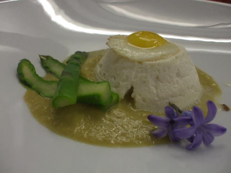 Ricotta calda con crema di asparagi e uova di quaglia