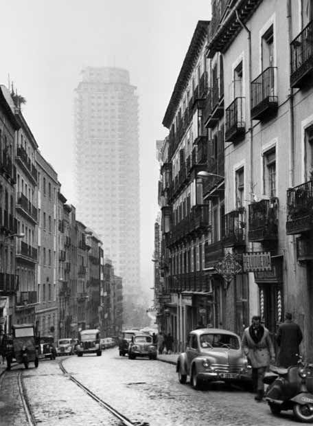 Calle Leganitos, a lo lejos la Torre Madrid de Plaza de España. (Madrid, principios S.XX)