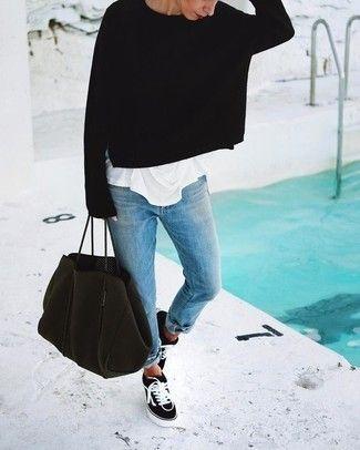 Tenue: Pull surdimensionné noir, T-shirt à col rond blanc, Jean boyfriend bleu clair, Baskets basses en toile noires et blanches
