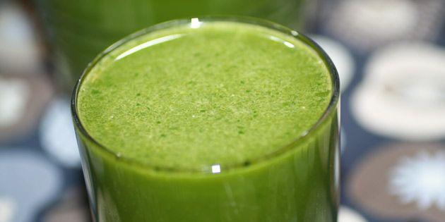 Denne smukke grønne juice med syrlig ananas og sød gulerod opløfter indtagelsen af spinat til en sand nydelse.
