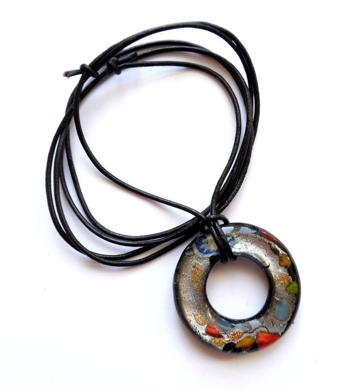 Halsband av läder med ett runt mönstrat glashänge.  Justerbar längd Hängets…