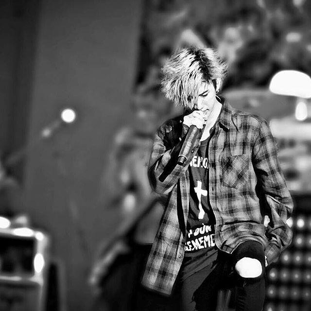 黒と白の画像 彼らは最高です あなたの写真をありがとう! (2015.10.18/San Antonio) @its1okrocklove #taka #morita #vocalist #myfavoritesinger #10969taka #10969 #35xxxv #35xxxvdeluxeedition #oneokrock #oor #oorer #music #musiclive #rock #rockband #jrock #jrockband #japaneseboy #japaneseband #japan #tour.