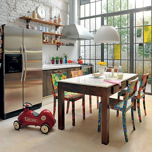 Esta cozinha foi reformada pelo arquiteto Vitor Penha. Paredes foram derrubadas e o profissional aproveitou o pé-direito de 12 m para criar um caixilho de ferro e vidro que permite a incidência de claridade em todos os cômodos e ainda dá acesso ao jardim