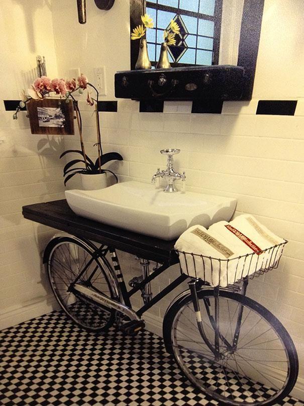Une autre idée pour le recyclage de vieux objets. Ce vélo soutient à merveille ce lavabo de la salle de bain.