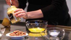 Lav dressingen som her eller krydr den med et fed revet hvidløg, hakkede soltørrede tomater, lidt peberrod eller revne hasselnødder.