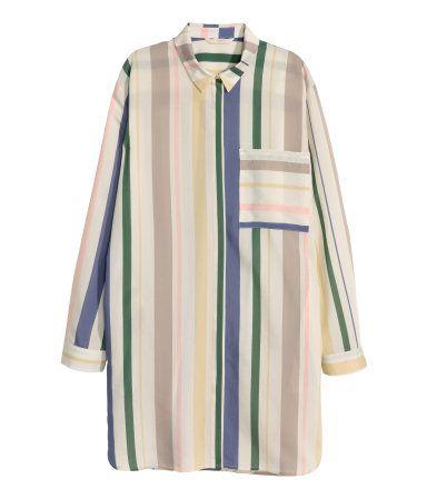 Naturhvid/Stribet. Lang skjorte i vævet kvalitet med trykte striber. Skjorten har en lille krave og skjult lukning foran. En brystlomme og sidelommer. Slids