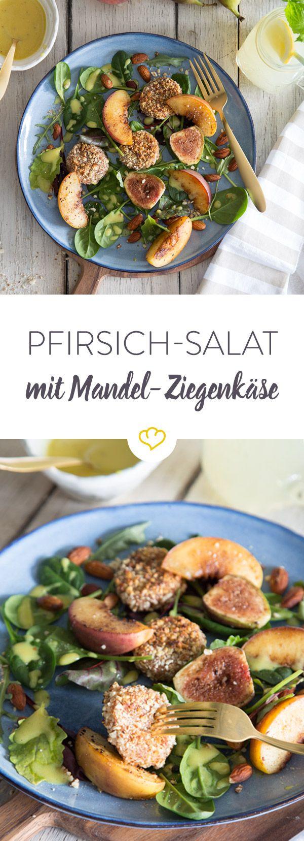 Wie cremiger Ziegenkäse am besten schmeckt? Mit krosser Mandel-Panade, zusammen mit warmen Pfirsichen, frischen Feigen und Honig-Senf-Dressing.