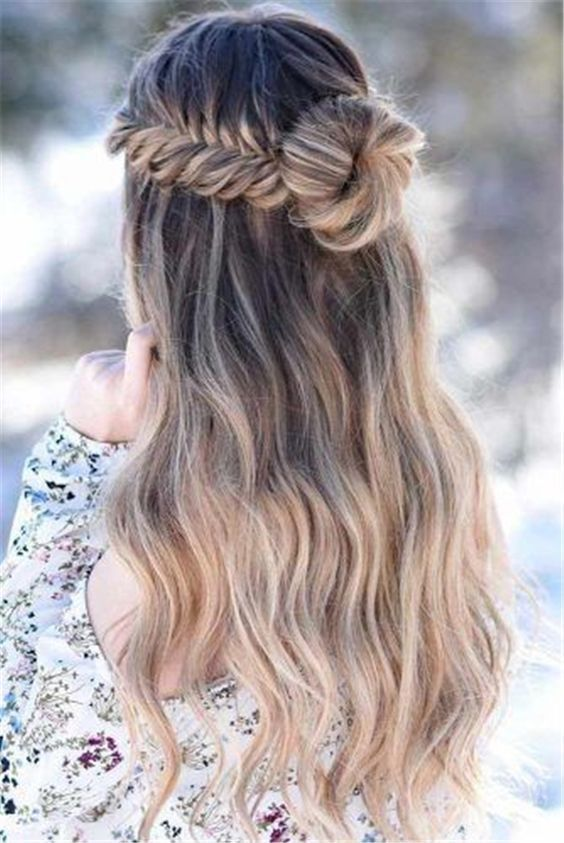 28 Fesselnde Half-Up- und Half-Down-HochzeitsfrisurenSchön wie eine romantische Frisur für langes Haar mit Zöpfen, leicht lockiges, glattes Haar, perfekt