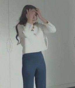 Kara Sevda 20. bölüm kıyafetleri Nihan beyaz kazak ve lacivert pantolon –