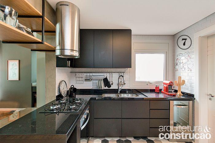 Em reforma, a área de 188 m² ganhou piso de ladrilho e madeira, cozinha aberta, iluminação exposta, closet sem portas e outras soluções de personalidade