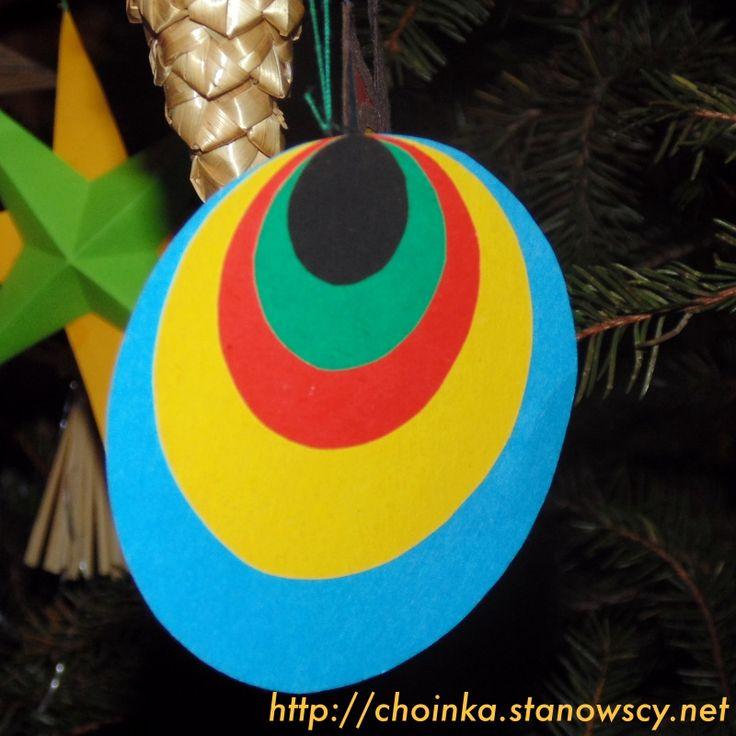 """Pawie oczko - Zabawki z naszej choinki Tradycyjne pawie oczko.   Przy wykonaniu warto pamiętać, żeby największe kółko wyciąć z kolorowego kartonu. Kolejne, mniejsze koła wykonujemy z matowego kolorowego papieru (nigdy z bloku """"papierów kolorowych z klejem)."""