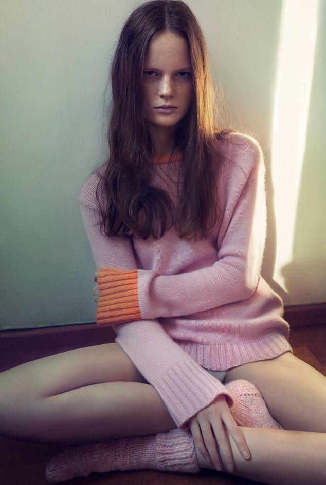 GRAND PULL | Essential bicolor@ rose/mandarin@medium gauge@ knit in cashmere@ bigger shapes@wider necklines@ fullness in the sleeves@Atelier Palatella photo©antonioredaelli
