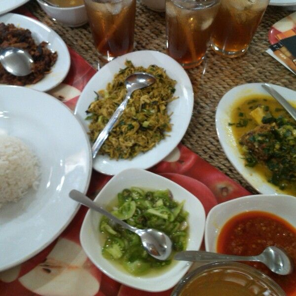 Manado food: tumis bunga paya, ayam woku belanga, sambal dabu-dabu, cakalang fufu