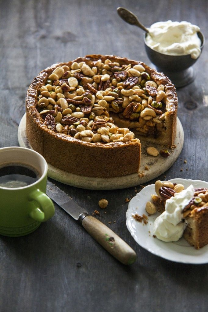 Winnaar van het eerste seizoen van Heel Holland Bakt, Rutger van den Broek heeft zijn derde boek uitgebracht. Na het succes van zijn eerste 2 boeken:Rutger bakt en Rutger bakt feestelijk was het tijd voor Rutger bakt van A tot Z. Het boek staat vol met zoete bakrecepten. Alles van taarten,gebakjes, desserts totkoekjesen wafels. Vanaf …
