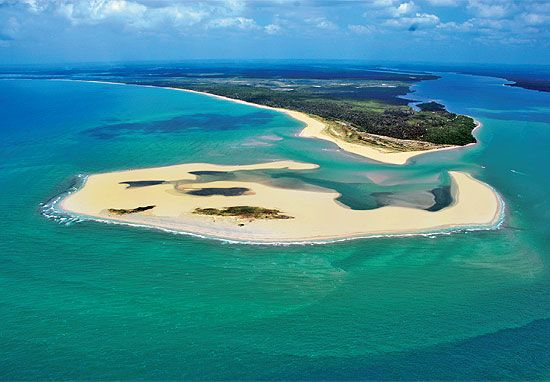 Banco de areia na baía de Camamu, na península de Maraú, que faz parte da Costa do Dendê, no sul da Bahia