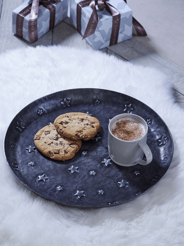 Perfect for serving festive drinks or leaving out for Santa, our metal tray has a slightly distressed pewter coloured finish with an embossed star design. Make it a festive kitchen staple, or prop it as a decorative accessory in your Christmas display.