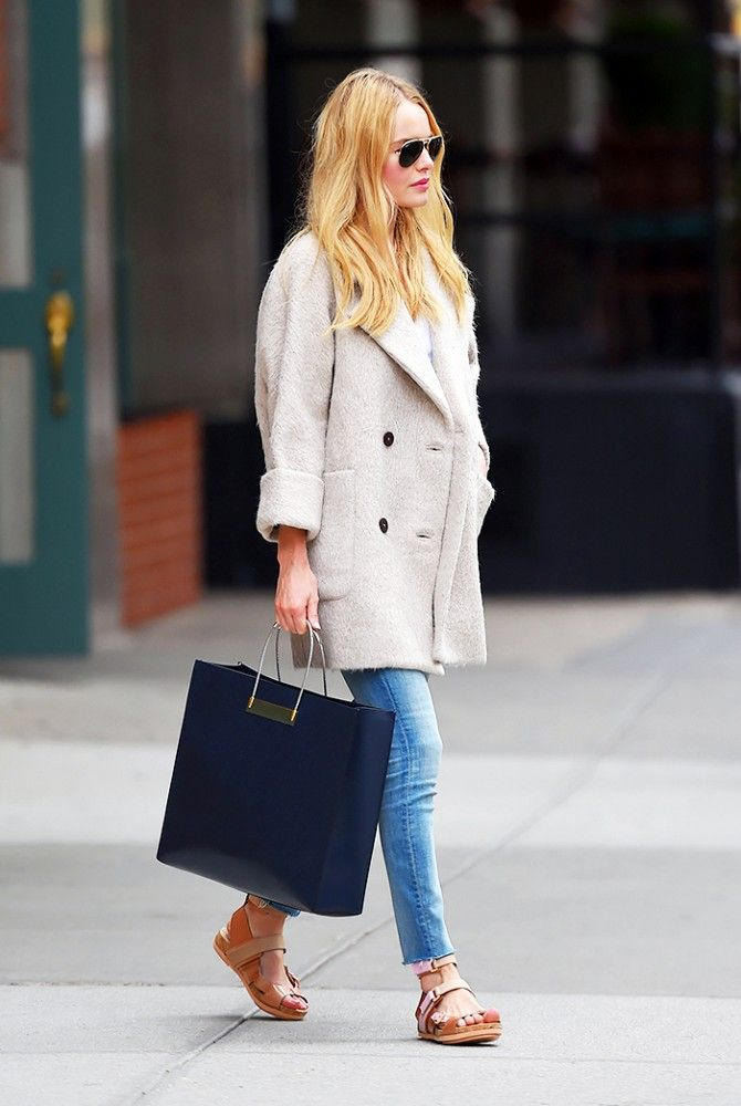 Kate Bosworth dons a shopping outfit in a bracelet-sleeve coat and skinny jeans.