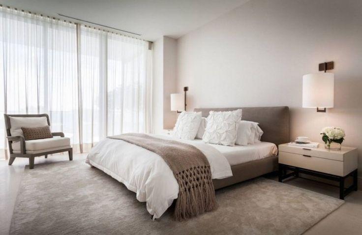 Salon Ambiance Moderne : chambre taupe, lit en velours marron, rideaux en blanc et tapis en