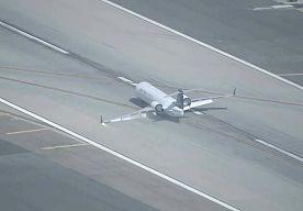 12-May-2015 13:28 - VIDEO: VLIEGTUIG SLIPT OVER LANDINGSBAAN. In Los Angeles heeft een vliegtuig een noodlanding moeten maken door een defect aan het landingsgestel. Het kleine vliegtuig landde zachtjes op de landingsbaan en slipte verder tot het stil kwam. Hoewel er veel rook en vuurvonken te zien zijn op de beelden, vatte het toestel geen vuur. Van de 43 inzittenden raakte niemand gewond.