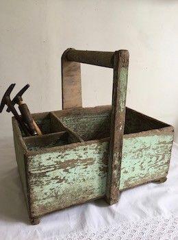 Cette boite à outils ancienne de couleur verte patinée par le temps était autrefois au service d'un menuisier. Elle deviendra un  objet décoratif dans l'esprit campagne pour l'atelier, le jardin ..... Ses trois compartiments autorisent des usages multiples  L. 40 cm  l. 27 cm H. 36 cm (avec anse)