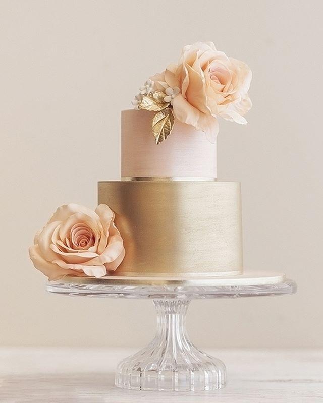 Metálicos podem funcionar como tons neutros, pode acreditar, quando colocados com cores complementares como um rosa quartzo desmaido e o bege empoeirado das rosas.