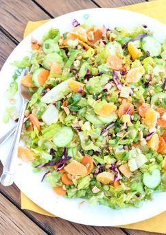 Mandarinen Erdnuss-Crunch Salat. Zutaten: 6 Tassen gehackter Römersalat, 1 Tasse zerkleinerter Rotkohl, 1 Tasse Karotten in dünne Scheiben geschnitten, 1 Tasse geschnittene Gurken, 3 Frühlingszwiebeln, in Scheiben geschnitten, ¼ Tasse Honig, geröstete Erdnüsse, grob gehackt, 3 Mandarinen, geschält, in Scheiben getrennt und quer halbiert. Für das Dressing: 1 El. Reisessig, 2 El. Sonnenblumenöl, 1 El. brauner Zucker, 1 Tl. Orangenmarmelade, 1 Tl. Chili-Knoblauch-Sauce, 1 Tl. frischer…