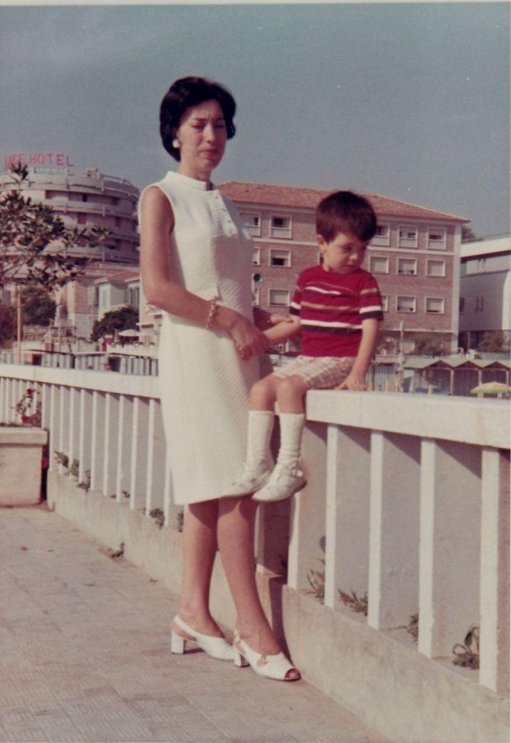 Maria con il figlio sul muretto del viale che porta alla rotonda di Senigallia (settembre 1969)