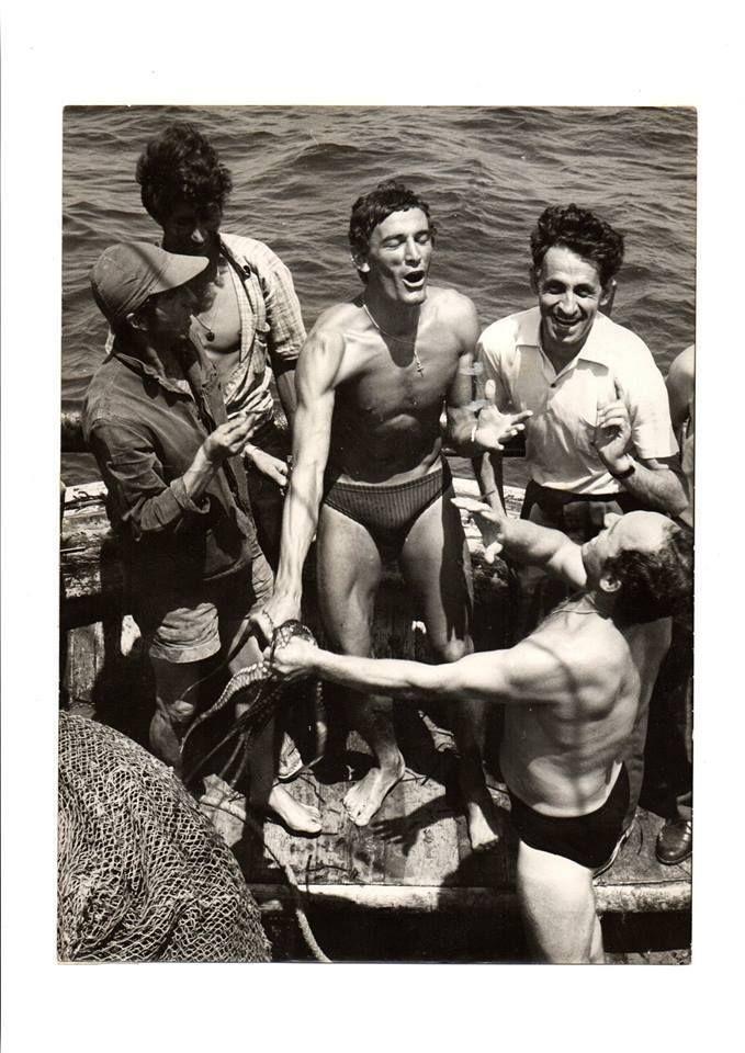 Riva con gli amici a pesca di polpi (pruppu giudeu), anni '70