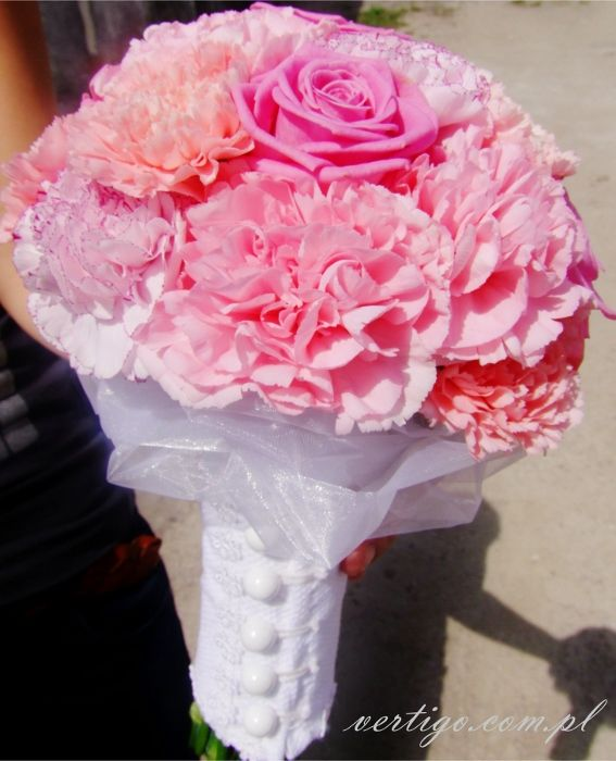 pink carnations and roses wedding bouquet, source: http://www.vertigo.com.pl/projekty/bukiety/