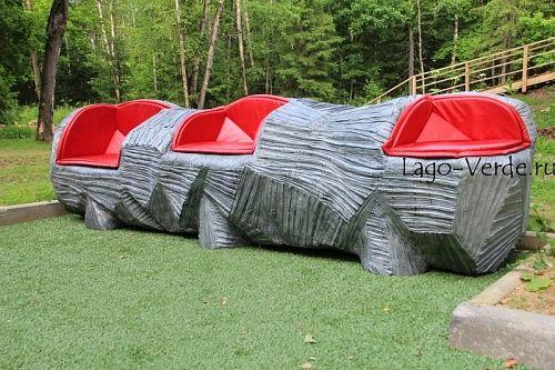 Фактурное полигональное бревно- скамья с мягкими сидениями. Не просто скамья, а скульптура, в фактуру и форму которой художником вкладывается огромное количество труда! Но оно того стоит, поверьте.  Роскошный и яркий арт-объект.  https://lago-verde.ru/catalog/parkovye-skameyki/art-obekt-poligonalnaya-skamya-brevno/